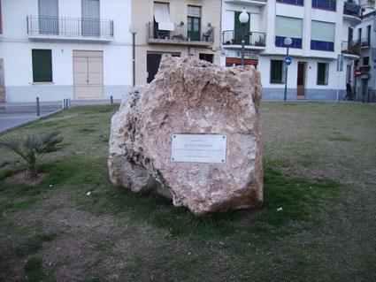 Municipi:Sitges Lloc:Parc de Can Bóta Inaguració:28 d'abril de 2004  Monòlit dedicat a la Lleva del Biberó de Sitges i a tots els que van sofrir la guerra. Les fotografies són d'Àngels Parés...